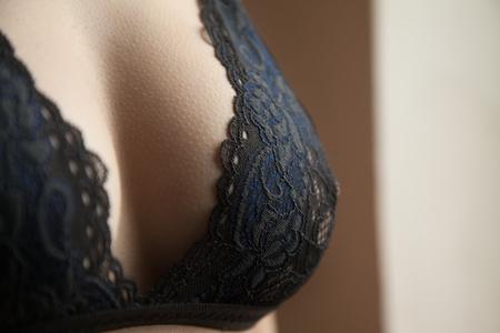 Belle grosse femelle en soutien-gorge, seins. Publicité d'une lingerie. Banque d'images
