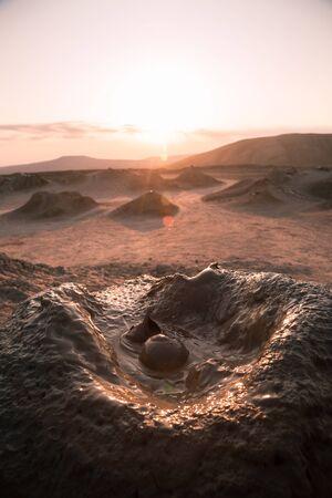 Volcán de lodo en el país de Azerbaiyán como uno de los lugares de atracción. Fenomen natural. Foto de archivo