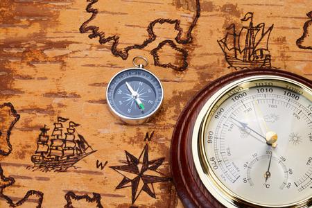 compas de dibujo: Br�jula y bar�metro sobre carta n�utica en el orden del tiempo antiguo