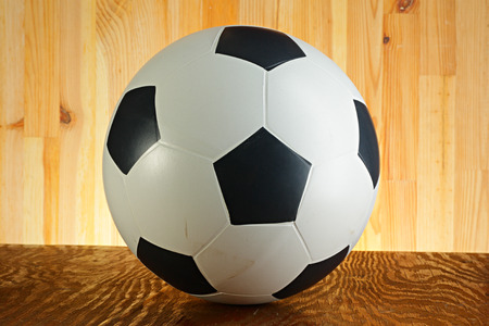 futbol infantil: Bola en un fondo de madera abstracto