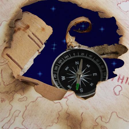 Cielo de la estrella y la brújula en el agujero de la carta de edad. No hay camino de recortes, que permitirá sustituir la imagen del cielo en otro, por ejemplo el mar Foto de archivo - 32874307
