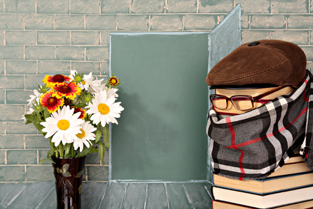 thesaurus: The teacher and flowers before the open door represented on a chalkboard Stock Photo