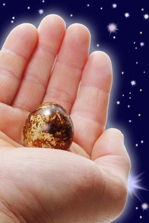 life giving birth: Concepto de Pascua. Todo el mundo en palma de la mano Foto de archivo