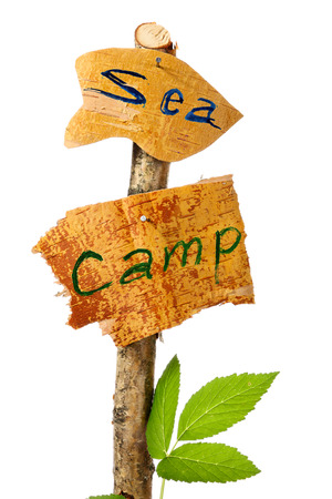 determining: Los letreros de madera que determinan un lugar de campamento y una direcci�n a la mar