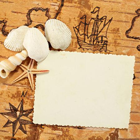 brujula antigua: Copie el espacio para su foto en un gr�fico mar con el velero en el orden de las antig�edades.