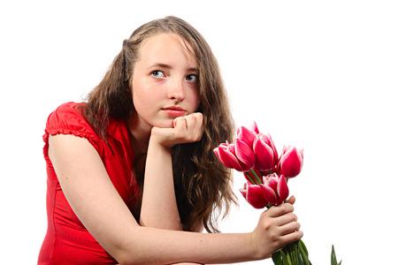 De meditatieve meisje met bloemen. Geïsoleerd op wit Stockfoto