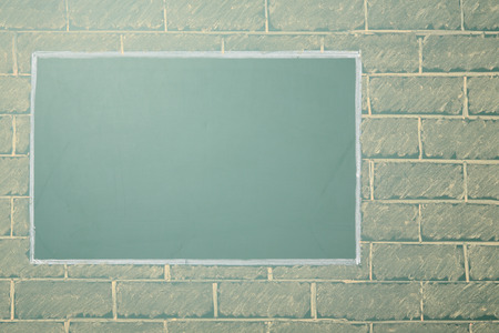 cadre: Unusual chalk drawing of blackboard with copy space on brick wall