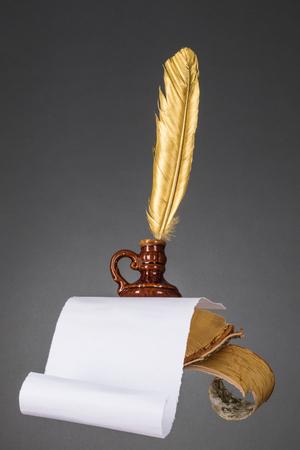 edicto: Concepto de educación y literatura. Resumen de madera de escritorio con pluma de papel y oro pluma de un escritor, poeta, profesor, profesor