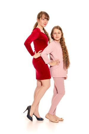Spielerische Mädchen unterschiedlichen Alters getrennt auf weißem Hintergrund Standard-Bild - 87014893