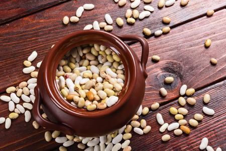 Dried beans on a wooden table Foto de archivo - 101341504