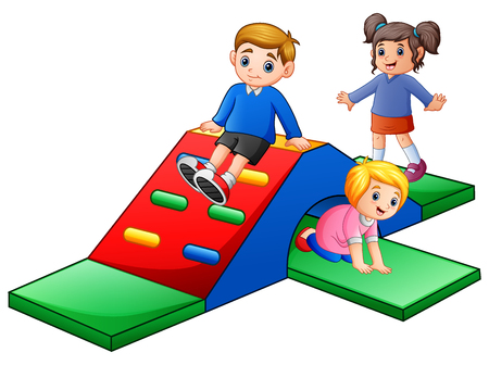 Enfants heureux jouant dans le terrain de jeu Banque d'images - 95181726