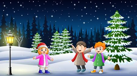 Glückliche Kinder, die nachts in der Winterlandschaft spielen