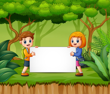 Happy children holding blank sign in the forest Vectores