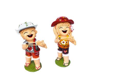 Standbeeld van de kinderen jongen en gril zijn blij om slingshot te schieten.