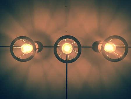 Tres bulbos cuelgan del techo