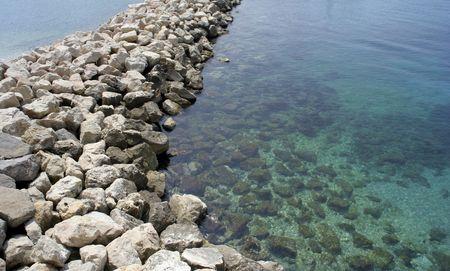 marseille: een kunstmatige lijn van stenen op les goudes, Marseille, Frankrijk Stockfoto