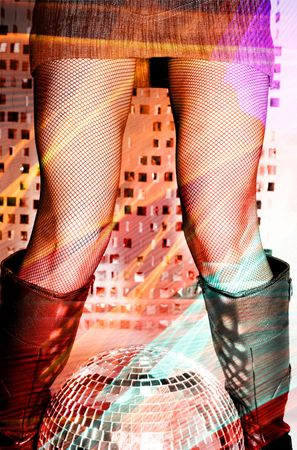 medias de red: estudio foto de la mujer en fishnets piernas y botas de motociclista y glitterball