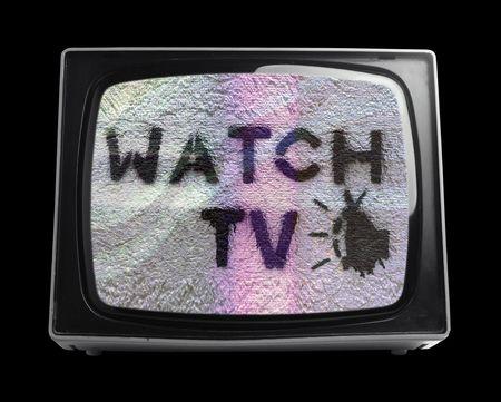 ver television: Mirar televisi�n estarcido en la pantalla de televisi�n retro  Foto de archivo