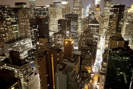 skyline nyc: rascacielos y torres en el horizonte de Manhattan ver en la noche