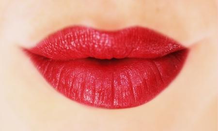 beso labios: hermosos labios con l�piz labial rojo