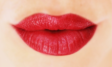 beso labios: hermosos labios con lápiz labial rojo