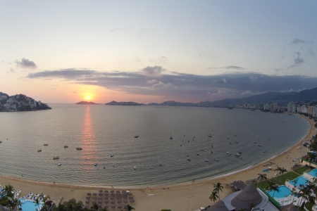huge bay of hotels stretching along the coast in acapulco, mexico 報道画像