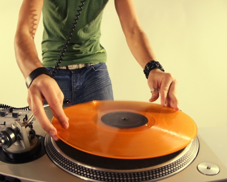 a cool male dj on the turntables Standard-Bild