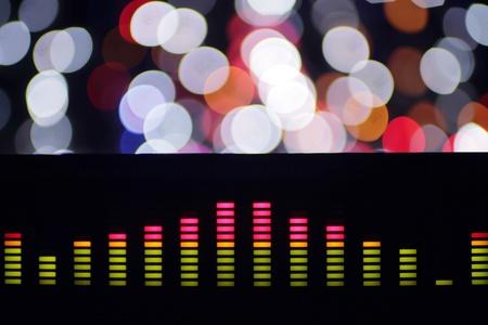 equipo de sonido: ecualizadores gráficos de música y clips de análisis de audio. disparó desde la pantalla de un equipo de alta fidelidad estéreo