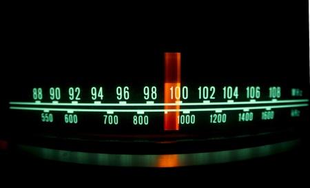 transistor: una radio brillante con el marcador se ejecuta a trav�s de las diferentes estaciones y frecuencias Foto de archivo