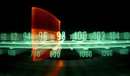 transistor: una radio brillante con el marcador se ejecuta a través de las diferentes estaciones y frecuencias Foto de archivo
