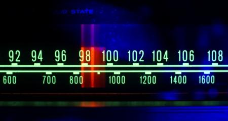 een gloeiende radio met de teller loopt door de verschillende zenders en frequenties Stockfoto