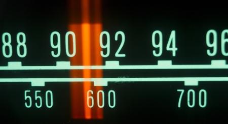 transistor: una radio brillante con el marcador se ejecuta a trav?de las diferentes estaciones y frecuencias