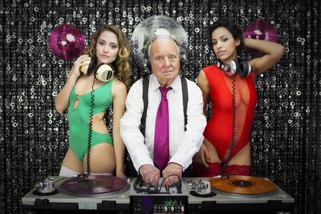 audifonos dj: increíble DJ abuelo y sus dos bailarines gogo beauitful