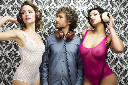 gogo girl: glücklicher Mann mit 2 schönen sexy Disco-Tänzer Lizenzfreie Bilder