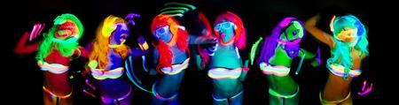 fiestas discoteca: atractivo bailarín del disco femenino posa en traje UV