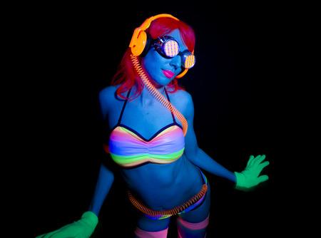 mujer sexy: atractivo bailarín del disco femenino posa en traje UV