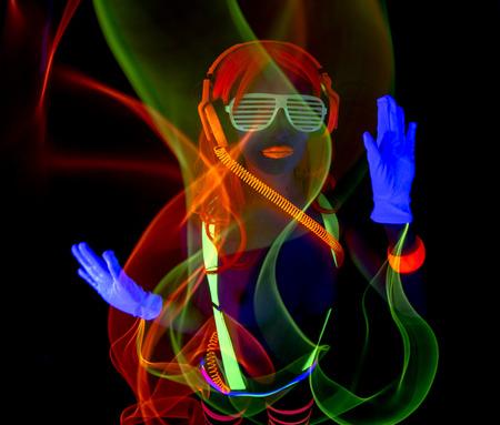 섹시한 여성 디스코 댄서 UV 의상 포즈