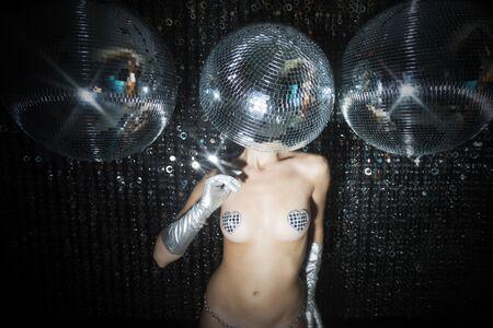 modelo desnuda: impresionante mujer atractiva discoteca con una bola de espejos para un cabezal