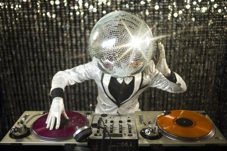 invoering van mr discoball. een koele club karakter DJ in een club