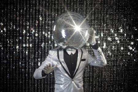 cabeza: mr discoball. un super cool carácter discoteca contra el fondo espumoso