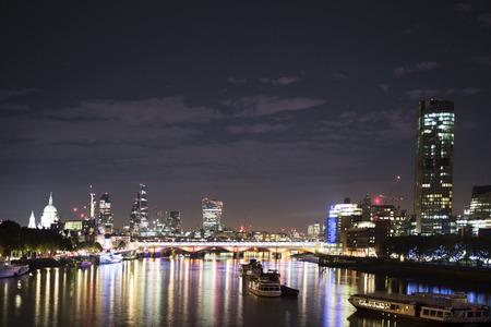 negocios internacionales: tiro del horizonte de Londres con el río Támesis, desde un punto de vista alto