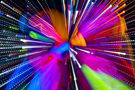 2 sexy cyber glow raver-vrouwen gefilmd in fluorescerende kleding onder UV-zwart licht
