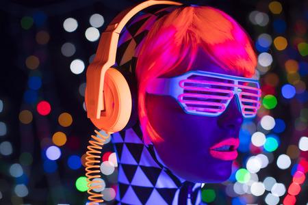vidéo fantastique d'une femme cyber raver sexy filmée dans des vêtements fluorescents sous lumière noire UV Banque d'images