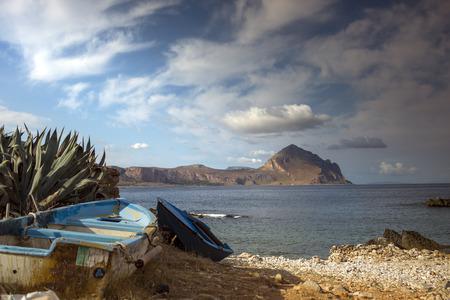 Petite plage à san vito lo capo avec bateau de pêche, en Sicile, Italie.