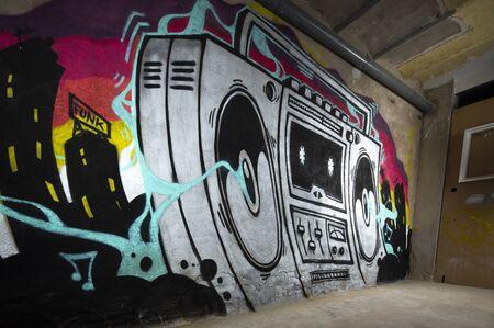 un graffito opera d'arte di un boom box ghettoblaster su un muro