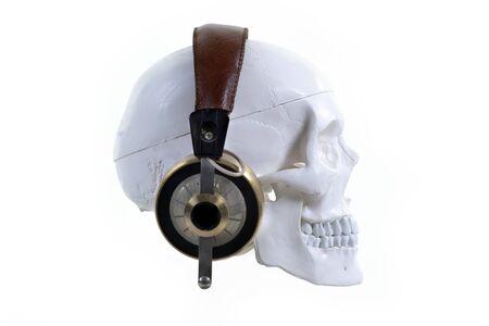 crâne portant des écouteurs contre le blanc