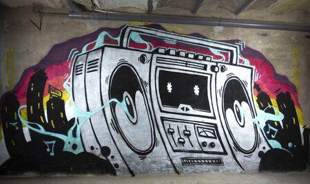 un'opera d'arte dei graffiti di un boom box ghettoblaster su un muro