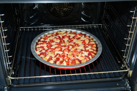 pull out: Streusel pie with strawberries in the oven before pull out