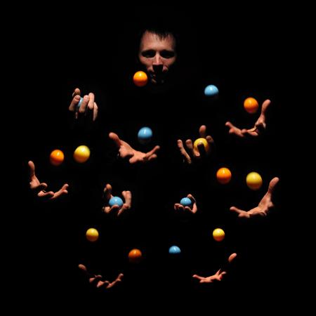 Getalenteerde man jongleren met kleurenballen. Succesvol concept. Kaukasische uitvoerder toont tentoonstelling.