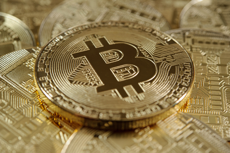 Bitcoin liggend op stapel andere bitcoins Stockfoto